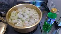 鍋に冬瓜と酒を
